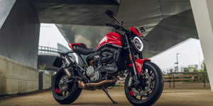 MY21 DUCATI MONSTER PLUS AMBIENCE 17 UC214578 High